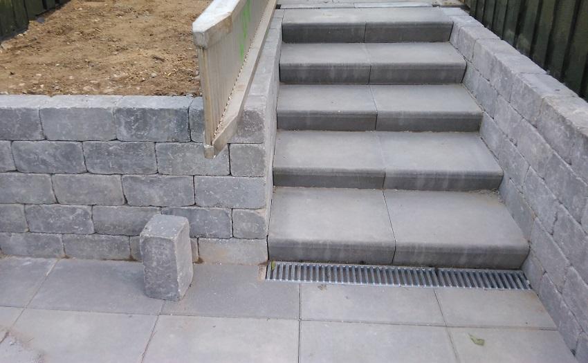 Trappe - I betonsten med støttemur og rist